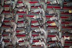 Punhais omanenses tradicionais na fileira imagens de stock