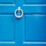 punho azul no prego de bronze oxidado da porta marrom antiga de Londres e fotos de stock royalty free