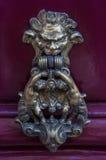 Punho da antiguidade da porta com um anel, uma aldrava de porta feita do bronze Imagem de Stock Royalty Free