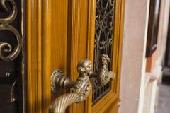 Punho da porta da madeira maciça no centro de Lviv Fotos de Stock Royalty Free