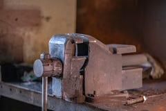 Punho de aço para apertar ou dobrar-se imagem de stock