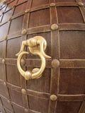Punho de porta antigo do ferro fotos de stock