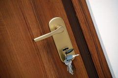 Punho de porta com chaves Fotos de Stock