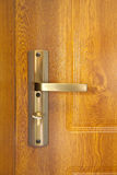 Punho de porta com o botão de porta de cobre fotos de stock royalty free