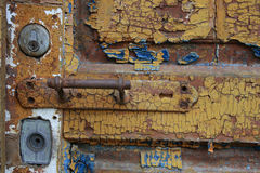 Punho de porta na madeira velha da dor fotografia de stock