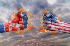 Punho dois com a bandeira da Coreia do Norte e dos EUA enfrentados em se Fotografia de Stock