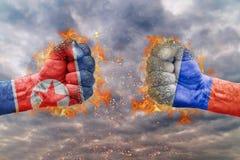 Punho dois com a bandeira da Coreia do Norte e da Rússia enfrentadas em se Fotografia de Stock
