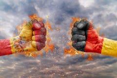 Punho dois com a bandeira da Espanha e da Alemanha enfrentadas em se Fotografia de Stock