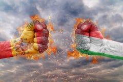 Punho dois com a bandeira da Espanha e do Itália enfrentados em se Imagens de Stock