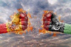 Punho dois com a bandeira da Espanha e do Síria enfrentados em se Imagens de Stock Royalty Free