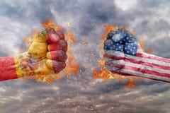 Punho dois com a bandeira da Espanha e dos EUA enfrentados em se Foto de Stock Royalty Free