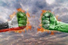 Punho dois com a bandeira de Emiratos Árabes Unidos e de Arábia Saudita enfrentados em se Fotos de Stock
