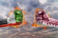 Punho dois com a bandeira de Emiratos Árabes Unidos e de Catar enfrentados em se Imagem de Stock Royalty Free
