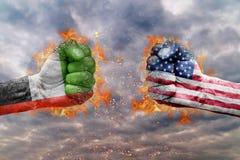 Punho dois com a bandeira de Emiratos Árabes Unidos e dos EUA enfrentados em se Imagem de Stock