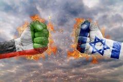 Punho dois com a bandeira de Emiratos Árabes Unidos e de Israel enfrentados em se Foto de Stock