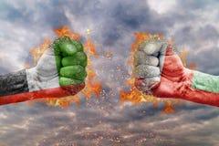 Punho dois com a bandeira de Emiratos Árabes Unidos e de Omã enfrentados em se Fotografia de Stock Royalty Free