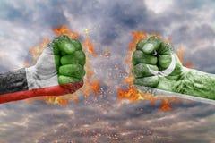 Punho dois com a bandeira de Emiratos Árabes Unidos e de Paquistão enfrentados em se Fotografia de Stock Royalty Free