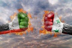 Punho dois com a bandeira de Emiratos Árabes Unidos e de Síria enfrentados em se Fotos de Stock