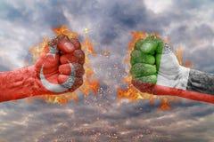 Punho dois com a bandeira de Turquia e de Emiratos Árabes Unidos enfrentados em se Foto de Stock