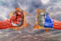 Punho dois com a bandeira de Turquia e de Rússia enfrentadas em se Imagem de Stock
