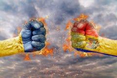 Punho dois com a bandeira de Ucrânia e de Moldova enfrentados em se Foto de Stock