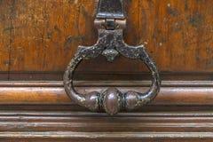 Punho e aldrava velhos de porta do metal Imagens de Stock Royalty Free