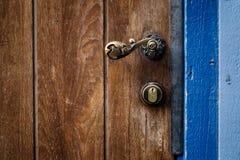 Punho e cacifo velhos de porta Imagem de Stock