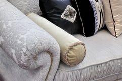 Punho e descanso do sofá no pano Imagens de Stock
