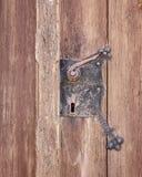 Punho metálico do vintage na porta da madeira maciça Foto de Stock