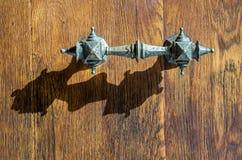 Punho velho do ferro da igreja da porta de madeira da porta Imagens de Stock