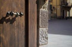 Punho velho do ferro da igreja da porta de madeira da porta Fotografia de Stock Royalty Free