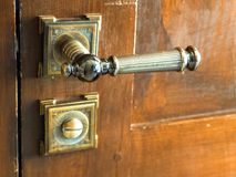 Punho velho do metal em um close-up de madeira da porta imagem de stock royalty free