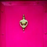 punho vermelho no prego de bronze oxidado da porta marrom antiga de Londres e no l foto de stock royalty free