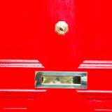 punho vermelho no prego de bronze oxidado da porta marrom antiga de Londres e no l fotos de stock royalty free