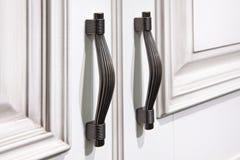Punhos da prata em portas de armário Imagens de Stock Royalty Free
