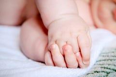 Punhos pequenos, delicados do bebê Imagem de Stock Royalty Free