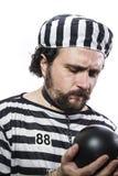 Punition, un criminel caucasien de prisonnier d'homme avec la boule à chaînes Photographie stock