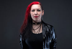 Punk ernstige vrouw in leerjasje royalty-vrije stock fotografie