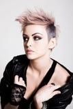 Punk fêmea novo com cabelo cor-de-rosa imagem de stock royalty free