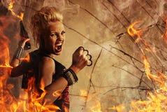 Punk flicka med ett vapen Royaltyfri Foto