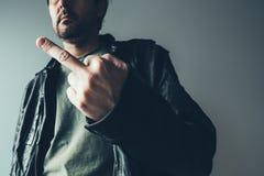 Punk masculino irritado que mostra o dedo médio fotos de stock royalty free
