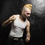 Punk mit den zusammengepreßten Fäusten. Stockfoto