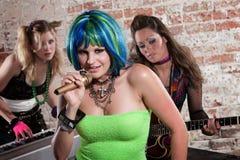 punk rock för bandkvinnlig royaltyfri bild