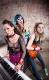punk rock för bandkvinnlig royaltyfria foton