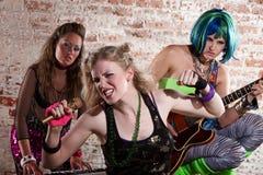 punk rock för bandkvinnlig royaltyfri fotografi