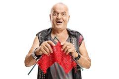 Punker anziano che tricotta e che sorride Fotografia Stock