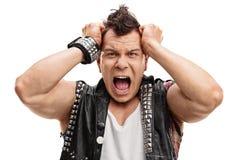 Punker arrabbiato con le sue mani sul suo testa Fotografie Stock