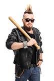 Punker die een honkbalknuppel houden royalty-vrije stock fotografie