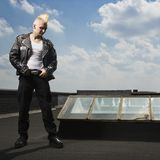 Punker die zich op dak bevindt. royalty-vrije stock afbeeldingen
