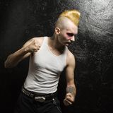 Punker met dichtgeklemde vuisten. stock foto
